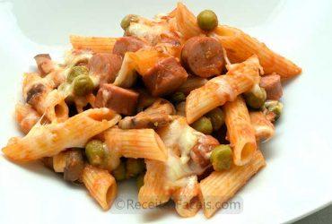 receita facil de Penne com salsichas e cogumelos em tomate