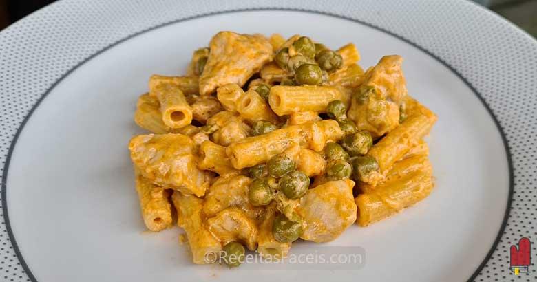 receita fácil de macarrão com peru e ervilhas
